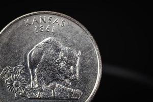 """US-amerikanische Münze mit der Aufschrift """"Kansas 1861"""" auf schwarzem Hintergrund foto"""