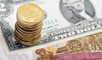 russische Münzen auf amerikanischem Dollarschein foto