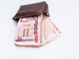 thailändisches Geld auf Brieftasche, isolierter Hintergrund foto