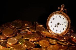 Taschenuhr und Münzen foto
