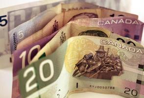 Sechs Banknoten in kanadischer Währung foto