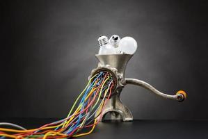 Hackmaschine mahlt Glühbirnen