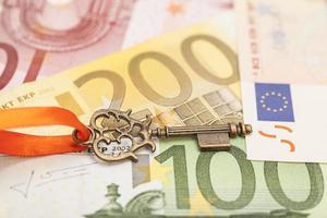 Schlüssel zum Erfolg auf verschiedenen Euro-Banknoten foto