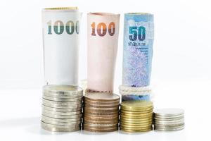 thailändische Geldbanknoten auf weißem Hintergrund. foto