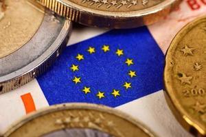 Euro-Münzen und Flagge foto