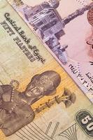 verschiedene ägyptische Banknoten auf dem Tisch foto