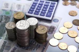 Stapel russischer Rubel mit Taschenrechner foto