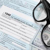 USA 1040 Steuerformular mit Brille foto