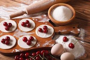 Prozess des Kochens von süßen Knödeln mit Kirschen foto