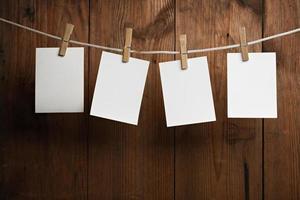 leere Papierstücke an einem Seil befestigt foto