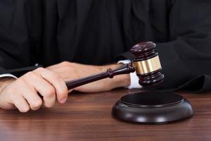 Richter streikenden Hammer auf Block am Schreibtisch foto