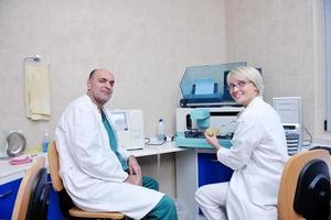 Tierarzt und Assistent in einer Kleintierklinik foto
