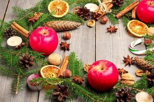 Weihnachtsdekoration mit Tannenbaum, Orangen, Zapfen, Gewürzen, Appl foto