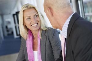 Geschäftsleute sprechen im Büro foto