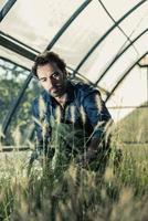 Gärtner in einem Gewächshaus foto