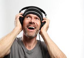 Mann, der Musik mit Kopfhörern hört foto