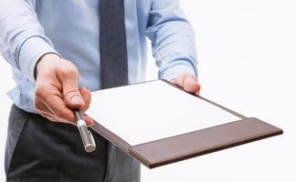 Geschäftsmann hält eine Zwischenablage mit leerem Blatt Papier