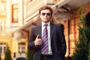schöner reifer Geschäftsmann im Freien foto
