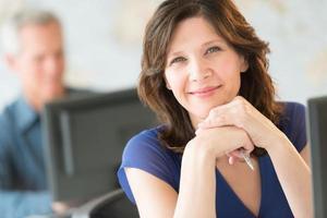schöne Geschäftsfrau, die im Büro lächelt foto