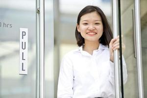 junges asiatisches weibliches Exekutivporträt im Geschäftsviertel