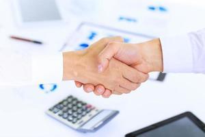 Geschäftshandschlag und Geschäftsleute foto