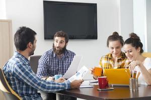 Gruppe von glücklichen kreativen Menschen, die im Büro arbeiten. foto