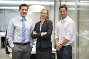Porträt des freudigen Geschäftsteam-Bürohintergrunds foto
