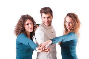 junge Leute mit Händen auf Stapel foto