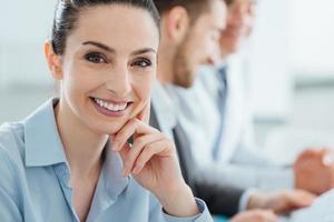 Geschäftsteam und lächelnde Geschäftsfrau posiert foto
