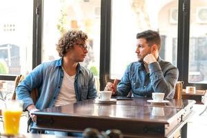 zwangloses Treffen in einem Café foto