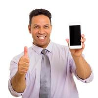 Mann mittleren Alters, der Handy hält foto