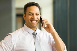Mitarbeiter mittleren Alters, der auf dem Handy spricht foto