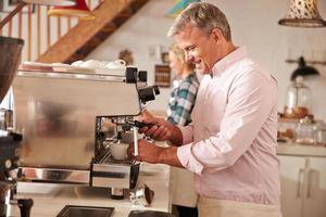 Cafébesitzer bei der Arbeit