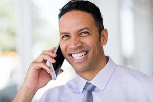 Geschäftsmann mittleren Alters, der auf dem Handy spricht foto