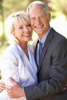 Porträt des älteren Brautpaares im Freien foto