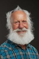 alter Mann mit langem Bart und großem Lächeln foto