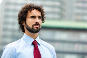 gutaussehender männlicher Manager im Freien foto