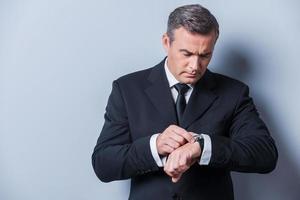 Geschäftsmann, der die Zeit überprüft. foto