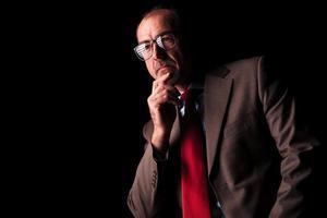Seitenansicht eines nachdenklichen älteren Geschäftsmannes, der wegschaut foto