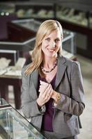 Frau im Juweliergeschäft foto