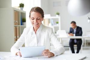 Geschäftsfrau mit Touchpad foto