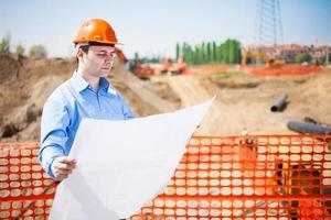 Mann bei der Arbeit auf einer Baustelle