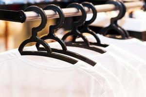 weiße Kleider hängen an Kleiderbügeln foto