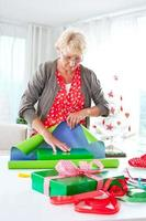 Frau, die Weihnachtsgeschenke einwickelt