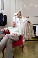 Mann und Frau, Mann im Sessel, Frau mit Anzugjacke foto