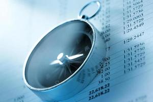Betriebshaushalt und schwarzer Kompass foto
