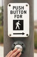 Fußgängerüberweg Zeichen mit den Fingern
