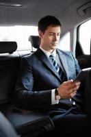 Geschäftsmann in einem Auto foto