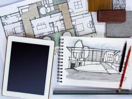 Hausrenovierungskonzept mit Tablette, Architekturzeichnung und Materialprobe foto