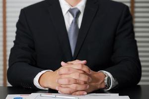 Geschäftsmann sitzt im Besprechungsraum, um das Detail zu hören foto